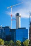 有起重机的在金丝雀码头唱腔,伦敦建筑工地 库存照片