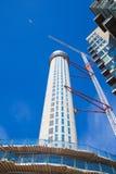 有起重机的在金丝雀码头唱腔,伦敦建筑工地 免版税库存照片