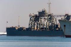 有起重机的大船 免版税库存图片