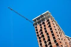 有起重机的工地工作反对天空蔚蓝 库存图片