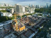 有起重机的建造场所在城市 图库摄影