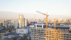 有起重机的建造场所 录影 建筑工人修造 鸟瞰图 建造场所的顶视图 库存图片