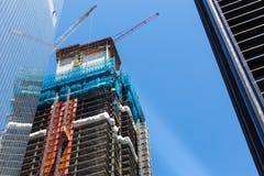 有起重机的摩天大楼建筑在屋顶 库存照片