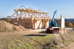 有起重机的木房子建造场所 免版税库存照片