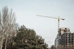 有起重机的楼房建筑在城市街道  库存照片