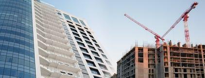 有起重机的现代办公室塔楼房建筑 免版税库存图片