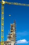 有起重机的现代Buidling建造场所 背景开罗埃及前景吉萨棉hdr图象khafre金字塔狮身人面象 库存图片