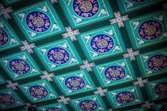 有起重机的美丽的瓦片在颐和园, 2013年,北京,中国的转折天花板  免版税图库摄影