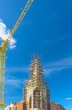 有起重机的建筑工地反对蓝天 背景开罗埃及前景吉萨棉hdr图象khafre金字塔狮身人面象 免版税库存照片