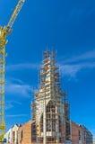 有起重机的建筑工地反对蓝天 背景开罗埃及前景吉萨棉hdr图象khafre金字塔狮身人面象 图库摄影
