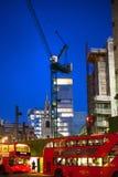 有起重机的建筑工地在伦敦市事务 在英国银行的新发展计划旁边 被停泊的晚上端口船视图 库存图片