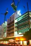 有起重机的建筑工地在伦敦市事务 在英国银行的新发展计划旁边 被停泊的晚上端口船视图 图库摄影