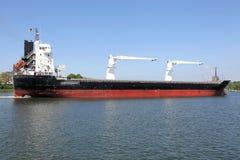 有起重机的货轮在基尔运河 免版税库存照片