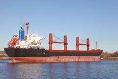 有起重机的货轮在基尔运河 免版税图库摄影