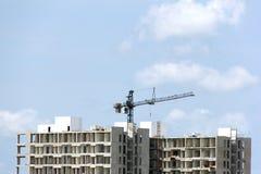 有起重机的建造场所反对蓝天,楼房建筑 免版税图库摄影
