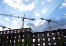有起重机的建造场所反对蓝天 免版税图库摄影