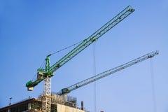 有起重机的建造场所在天空背景 免版税库存照片