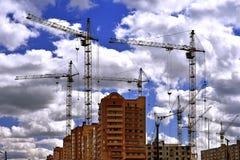 有起重机的建造场所在天空背景 库存图片