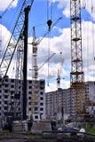 有起重机的建造场所在天空背景 库存照片