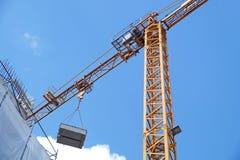 有起重机的建造场所在天空背景 图库摄影