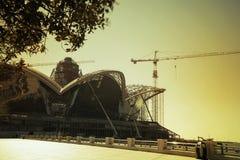 有起重机的建造场所在天空背景 免版税库存图片