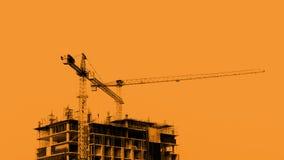 有起重机的建造场所在蓝天背景 免版税库存图片