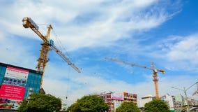 有起重机的建造场所在仰光 免版税库存照片