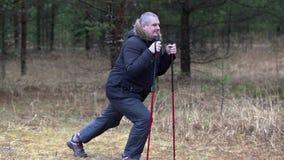 有超重的远足者在森林里做腿的锻炼 股票视频