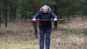 有超重的远足者在森林里做锻炼 股票视频