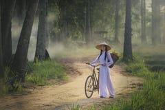 有越南文化传统礼服的,传统服装,葡萄酒样式,越南美丽的妇女 免版税库存图片