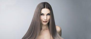 有趣和时髦紫色头发颜色 在沙龙关心以后的长和强的头发 免版税库存图片