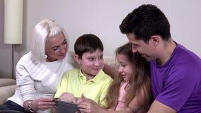 读有趣的书,特写镜头的孩子 股票录像
