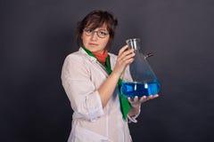 有趣的化学和疯狂的科学家1543 免版税库存照片