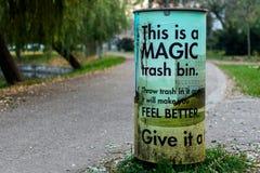 有趣的垃圾桶在公园 库存图片