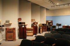 有趣的室用历史的早电视,收音机和立体声填装了,产业巴尔的摩博物馆,马里兰, 2017年 免版税库存照片
