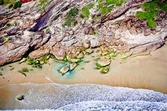 有趣的岩石、海滩和海浪 免版税库存图片