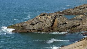 有趣的岩石看起来象动物面孔 看起来象动物、鳄鱼或者鳄鱼的石头 免版税库存图片