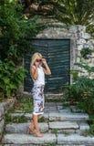 有趣神奇白肤金发摆在老房子附近 库存图片