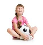 有足球的哭泣的女孩 库存图片