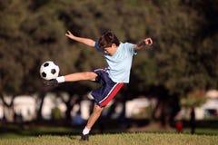 有足球的新男孩在公园 库存图片