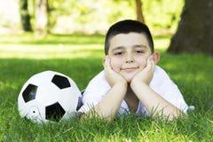 有足球的男孩 免版税库存图片