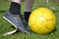 有足球的褴褛运动鞋 免版税库存照片