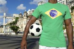 有足球的巴西足球运动员萨尔瓦多电梯 库存照片