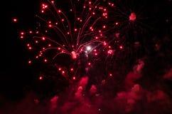 有足迹的红色烟花在黑天空 免版税库存图片