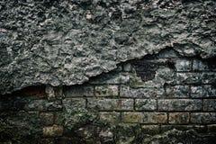 有跌下的老被放弃的修造的黑暗的阴沉的砖墙pl 免版税库存图片