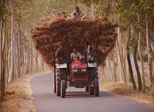 有跑在孟加拉国的都市路的乘客的传统拖拉机车 免版税库存照片