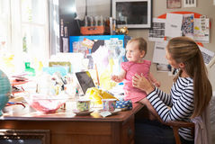 有跑小企业的女儿的母亲从内政部 库存图片