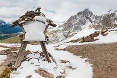 有距离标志的积雪的石标在白云岩的Forca Rossa,意大利 免版税图库摄影