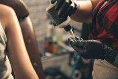 有跟骨的主要抹的手 免版税库存图片
