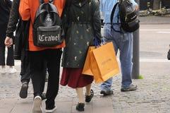 有路易威登购物袋的顾客 免版税图库摄影